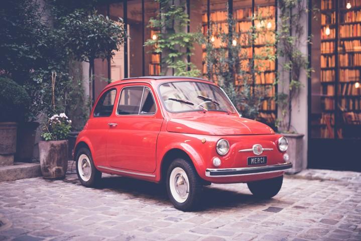 Kleine autos nehmen weniger platz auf den Strassen